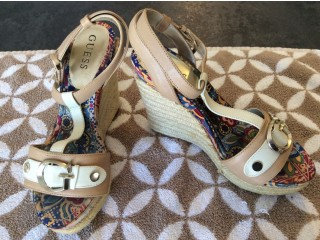 Petites chaussures Guess